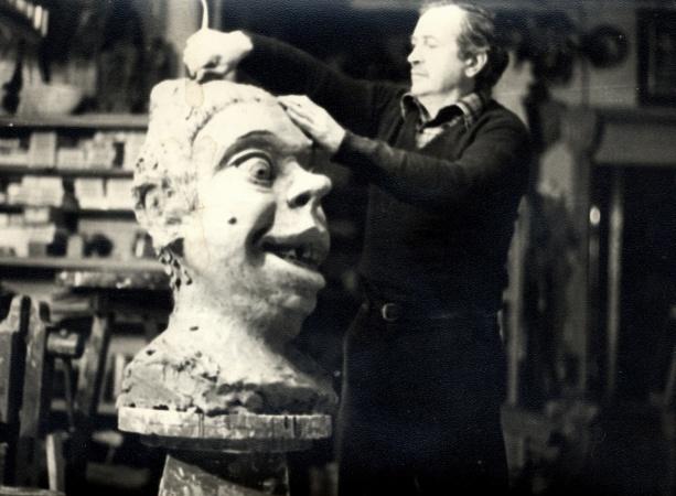 Manel Casserras modelant la geganta Boja de Solsona, 1979